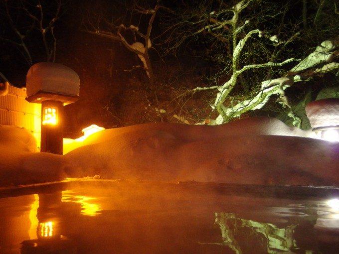 厳冬の高湯温泉旅館玉子湯夜の雪見露天溢れる風情