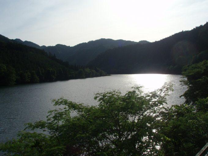 西日に照らされる阿賀野川
