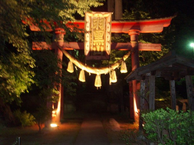 夜の羽黒山神社鳥居
