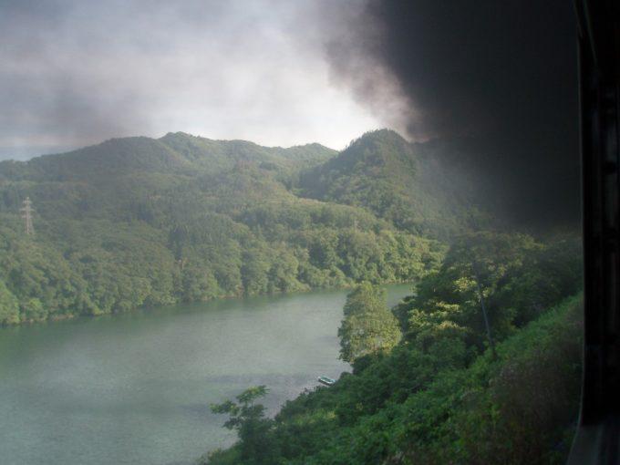 阿賀川と煙