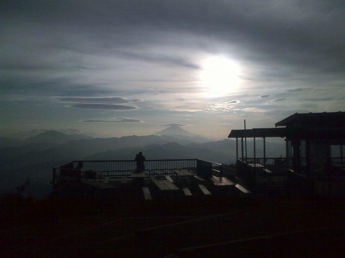 陣馬山頂より珍しい富士山のかさ雲