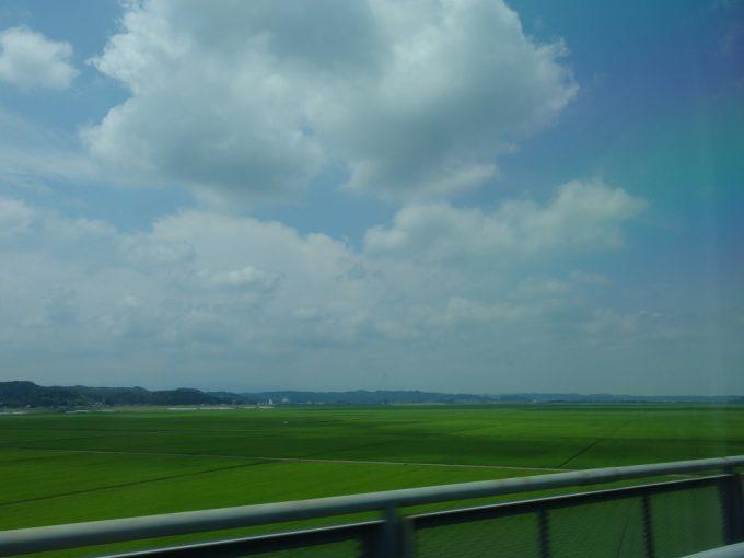 東北新幹線から眺める夏の東北青い田んぼ