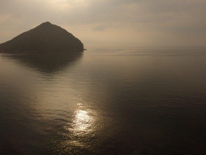 金色に輝く浅虫の海と湯の島