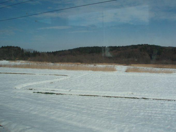 雪の積もる田んぼ