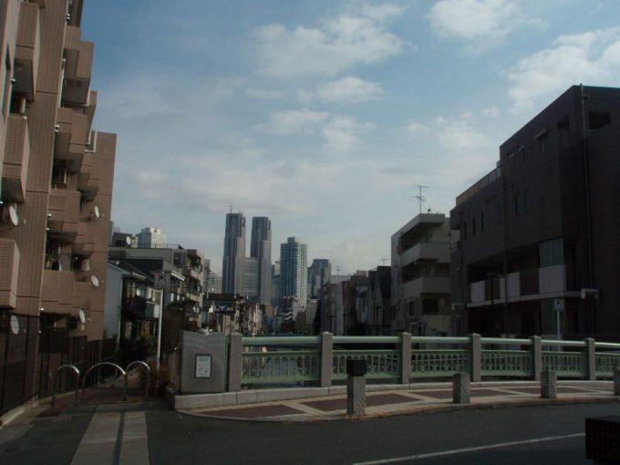 都庁と神田川沿いの住宅街