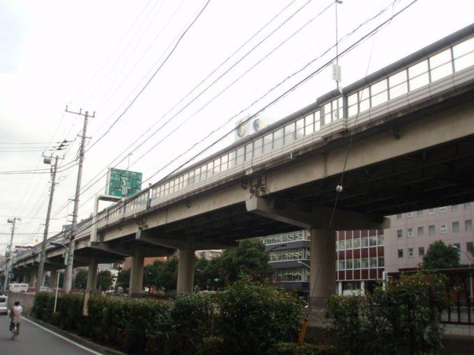 高速に覆われた神田川