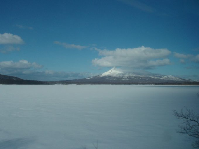 北斗車窓からの雪原と駒ヶ岳