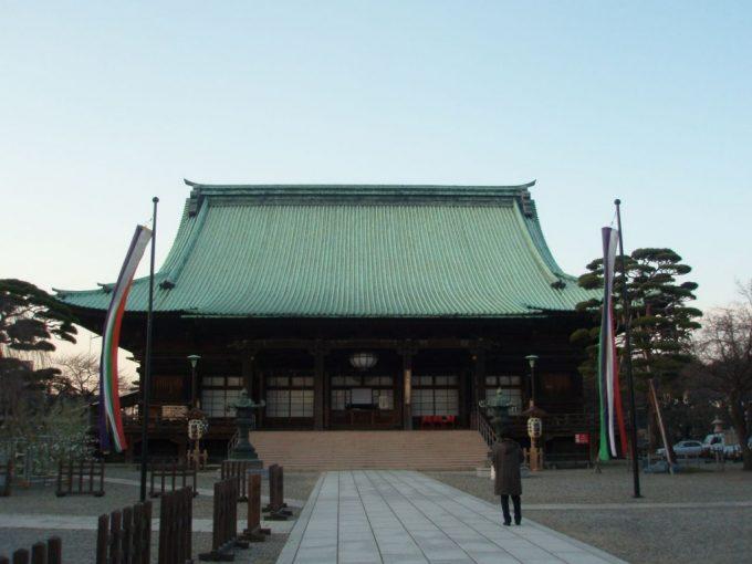 護国寺本堂と広い空