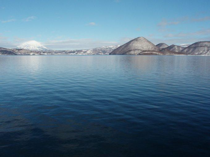 冬晴れの空と洞爺湖、羊蹄山