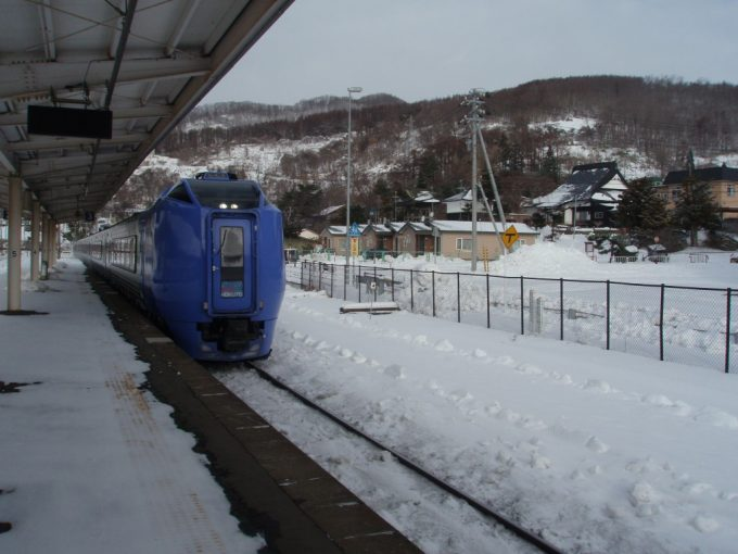 冬の洞爺駅に入線するキハ281系スーパー北斗