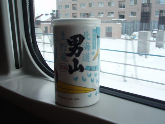 雪の車窓と男山ワンカップ