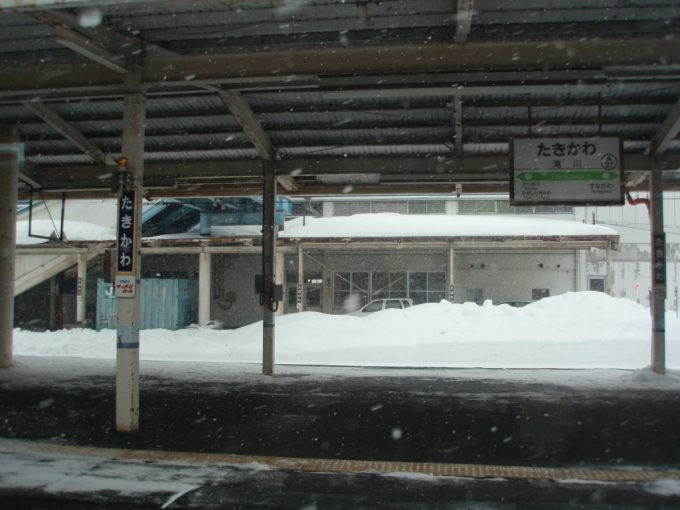 しんしんと雪が降る滝川駅