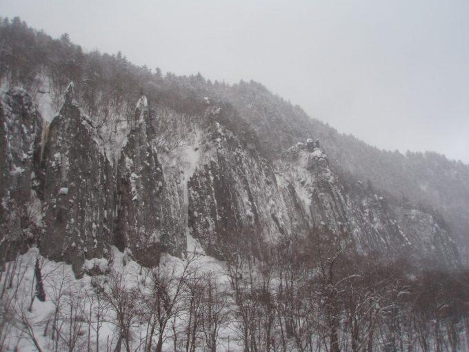 雪化粧の天人峡柱状節理