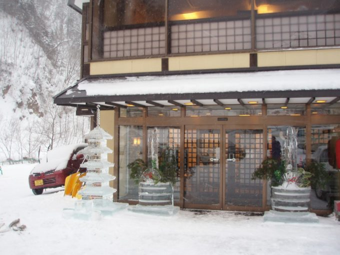 厳冬の天人峡しきしま荘の氷像