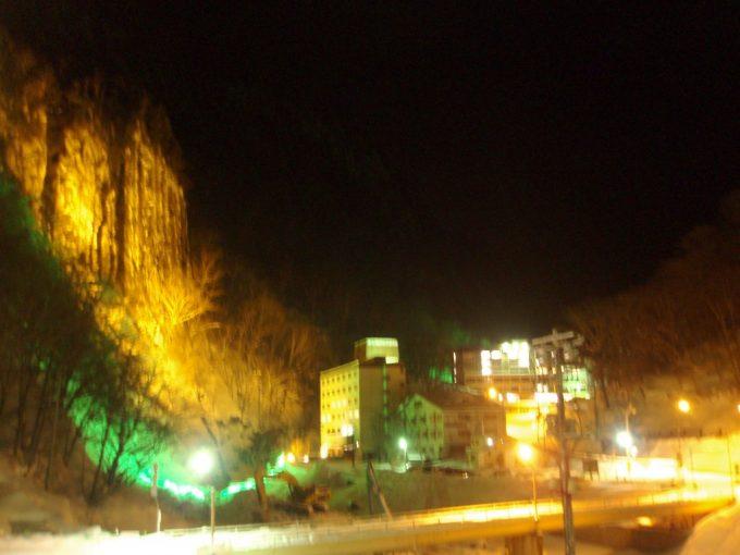 夜の天人峡柱状節理のライトアップ