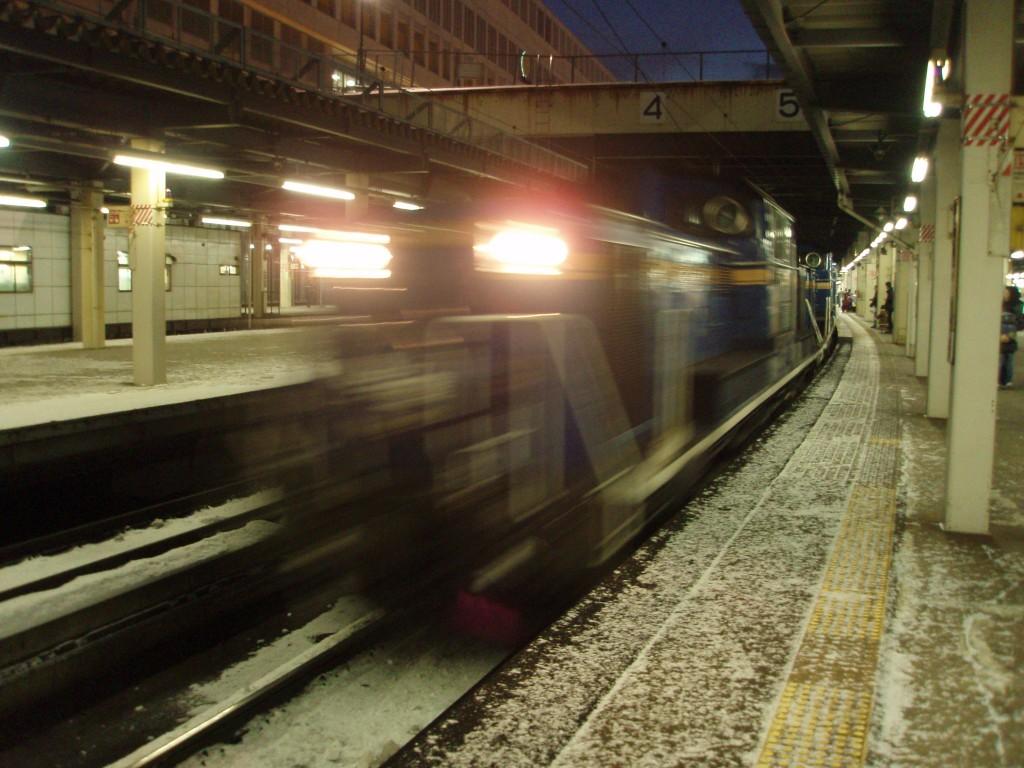 札幌駅に入線する北斗星DD51重連