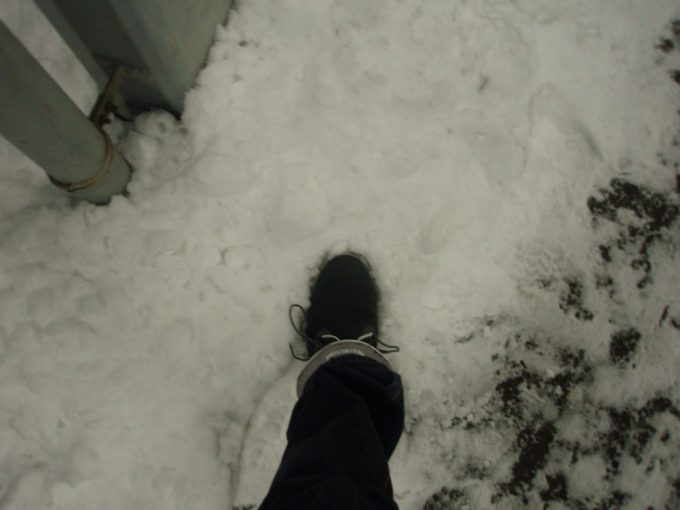 函館駅で最後の雪を踏む