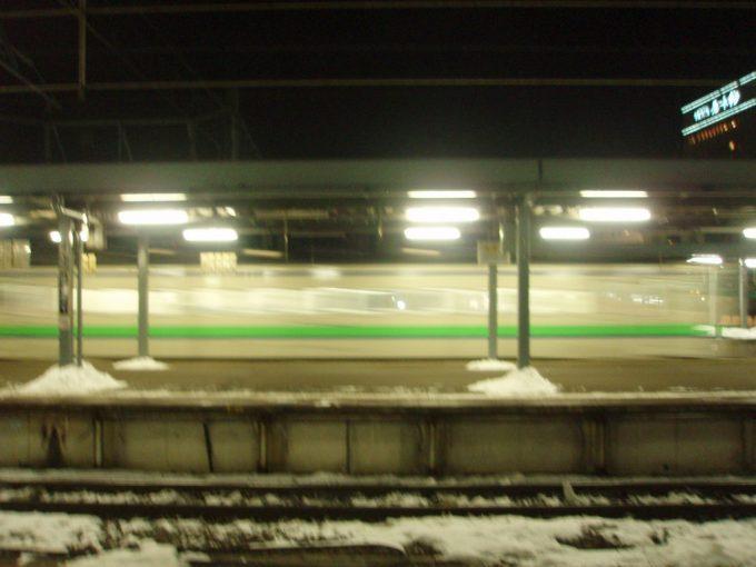 夜の函館駅を出発するキハ40