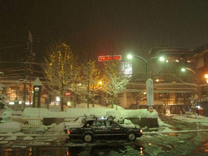 雪積もる越後湯沢駅ロータリー