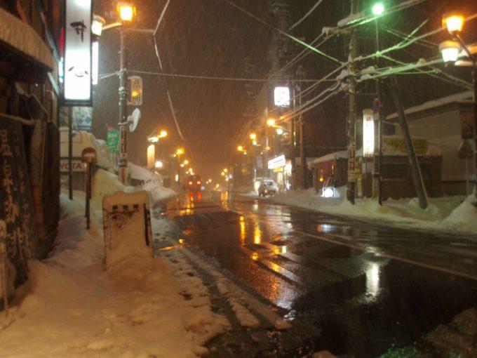 夜の越後湯沢の道