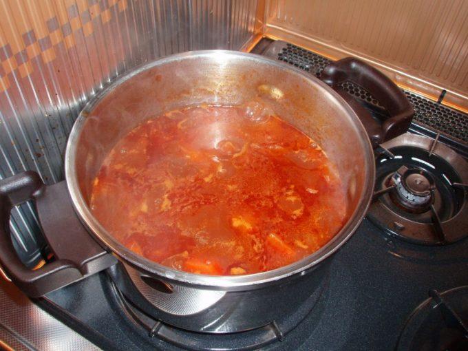 圧力鍋でビーフシチュー煮込み中