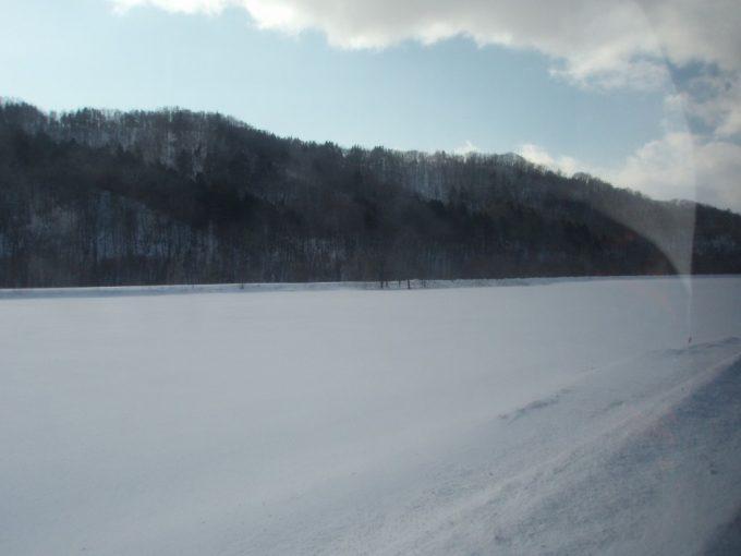 スキーバス車窓の雪原