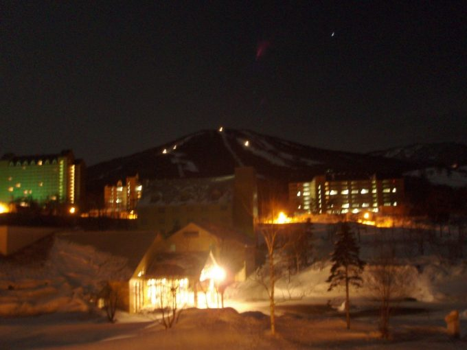 深夜の安比ゲレンデを走る圧雪車
