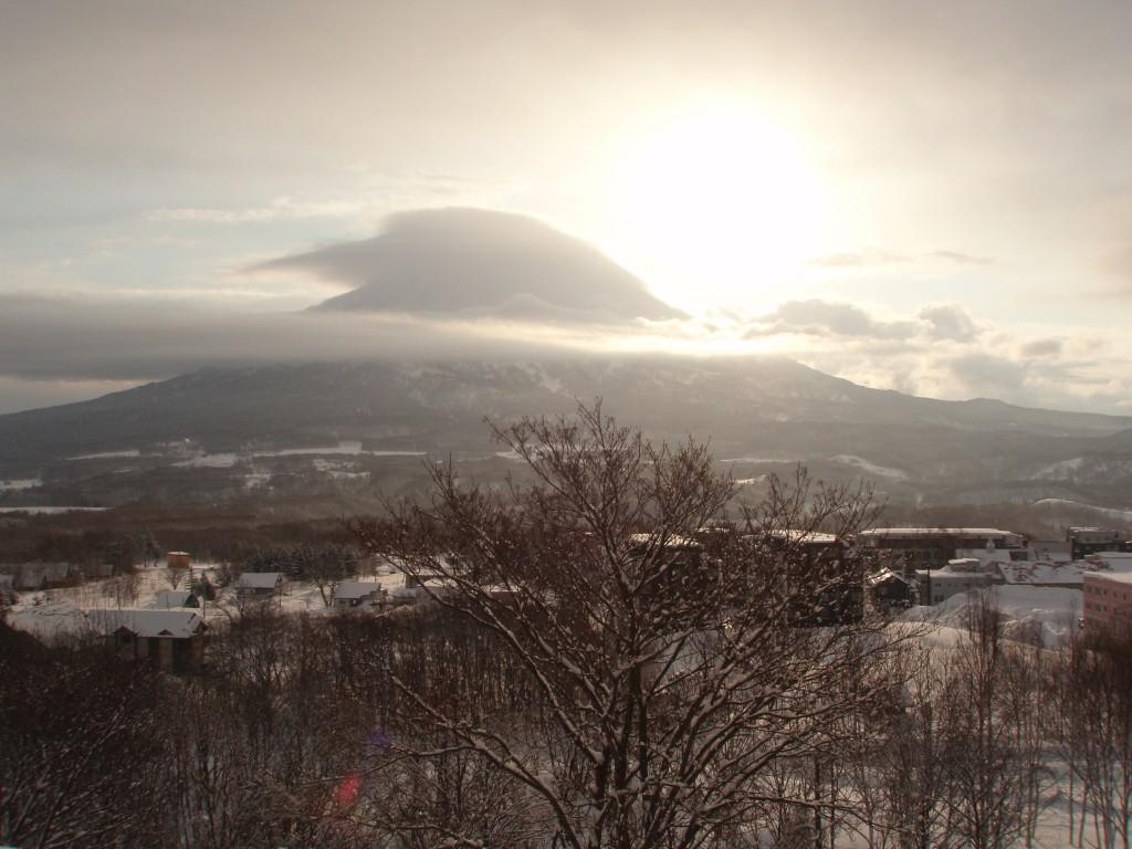 冬の羊蹄山かさ雲と朝日