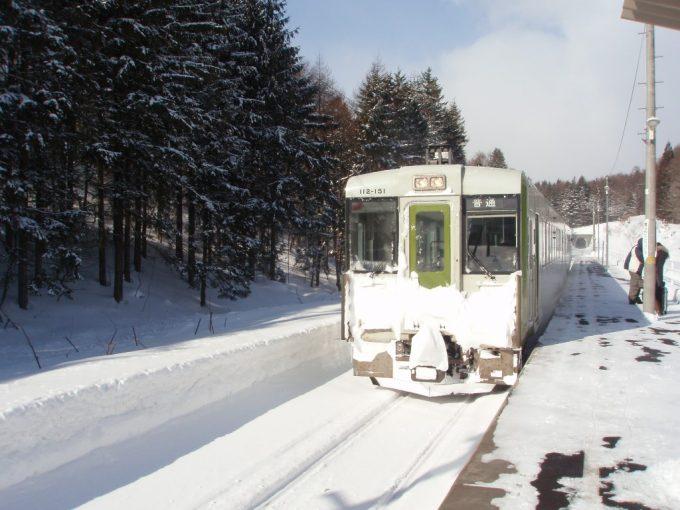 白銀の安比高原駅に入線する花輪線キハ110