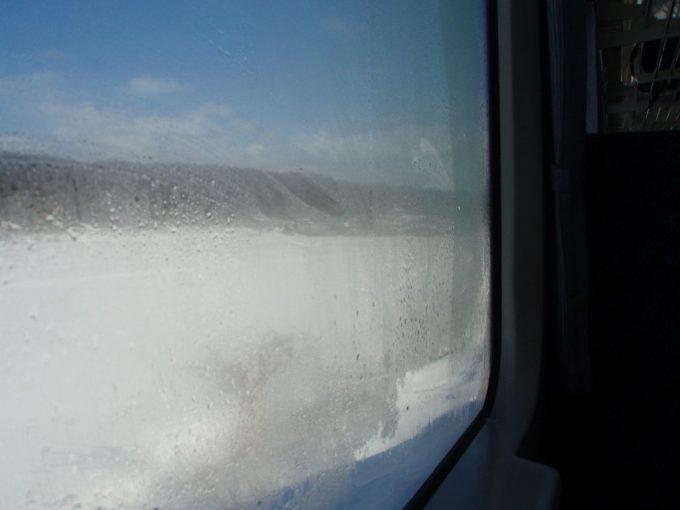 雪と結露にけむる車窓