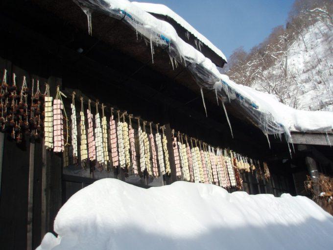 乳頭温泉郷鶴の湯軒に吊るされた餅