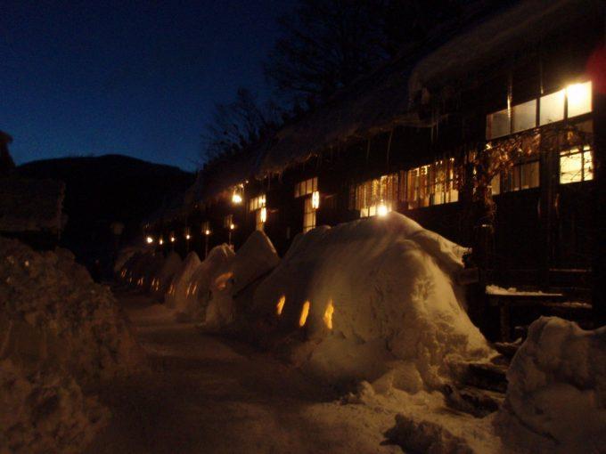 冬の鶴の湯窓からもれる温かい灯り