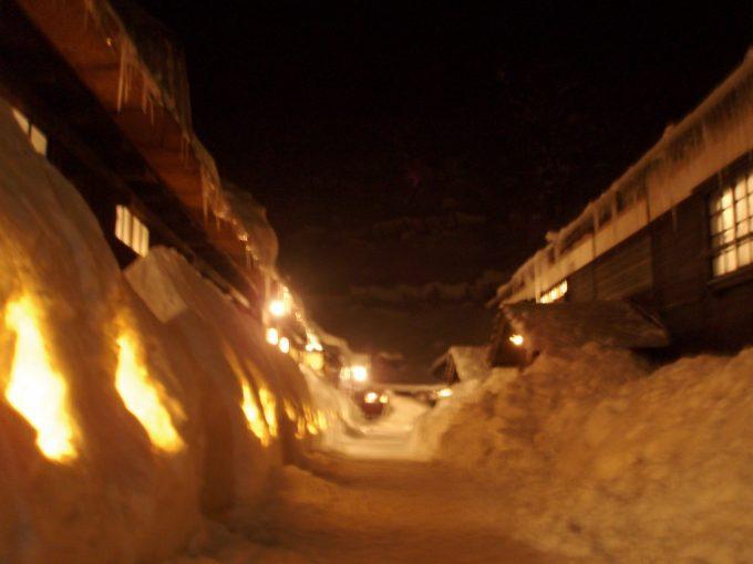 厳冬の鶴の湯夜の幻想的な風景