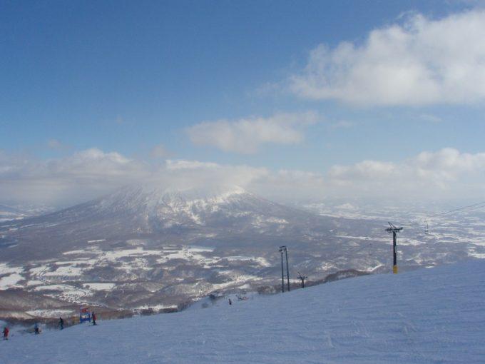 晴天のニセコグランヒラフからの羊蹄山