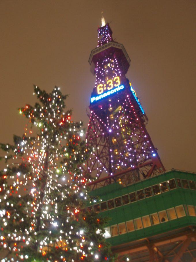 冬の札幌テレビ塔を見上げる