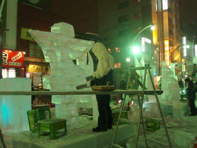 さっぽろ雪まつりすすきの会場チェーンソーで氷の彫刻