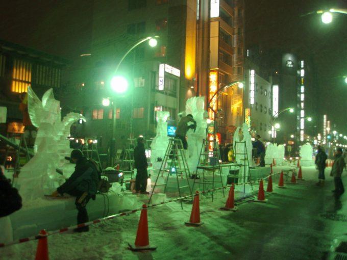 さっぽろ雪まつりすすきの会場製作中の氷像