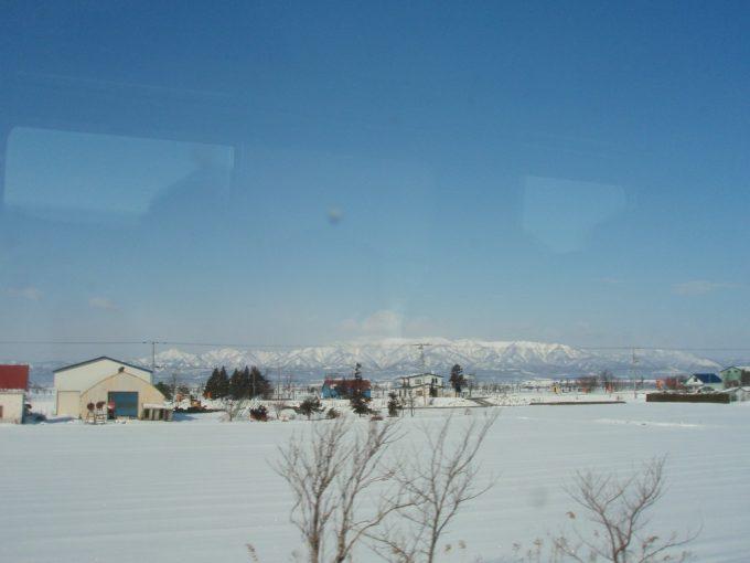 北の大地雪原と白い山々