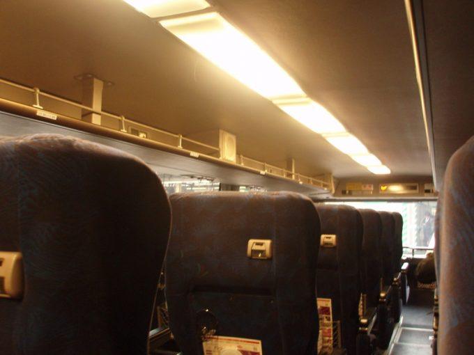 昼行便に使用される2階建て3列シートの高速バス車内