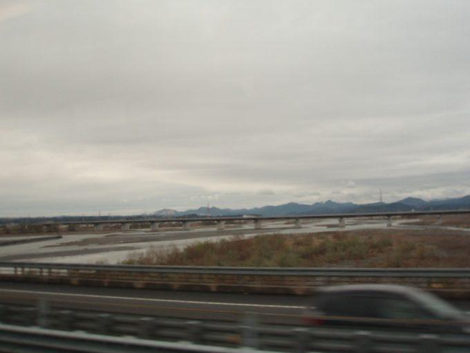 高速バス車窓からの大井川