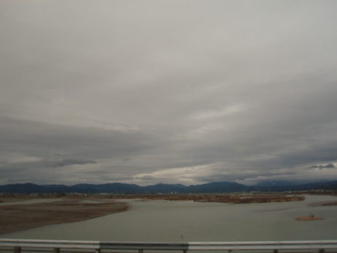 高速バスから眺める天竜川