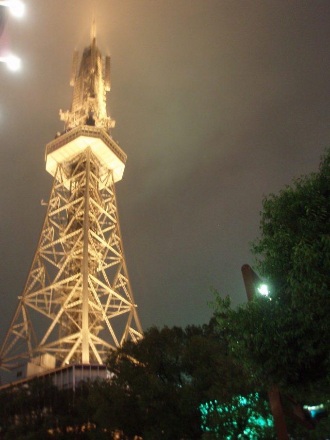 初の名古屋雨にけむる夜のテレビ塔