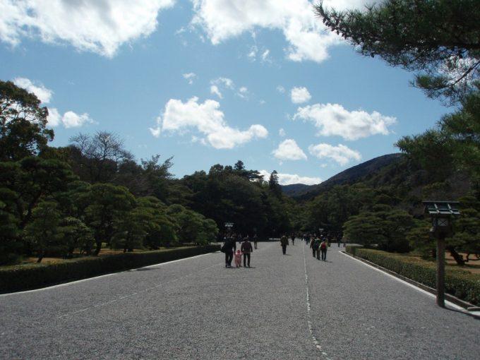 伊勢神宮内宮の広い空