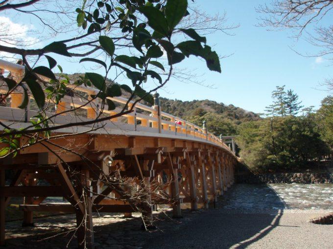 架け替えたばかりの真新しい伊勢神宮内宮宇治橋