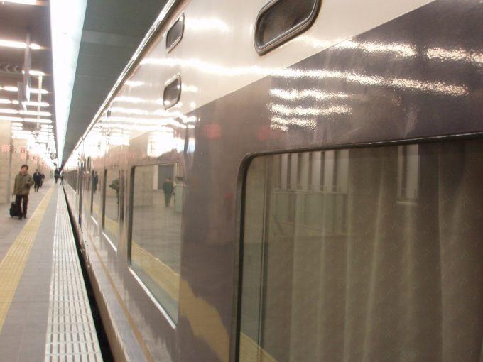 夜の大阪駅照明を映す583系寝台電車