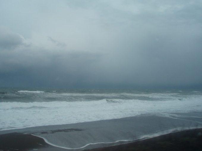きたぐに号車窓から望む鉛色の日本海