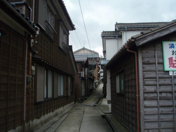 寺泊日本海沿いの漁村らしい路地