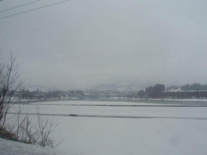 上越線沿線春の雪原
