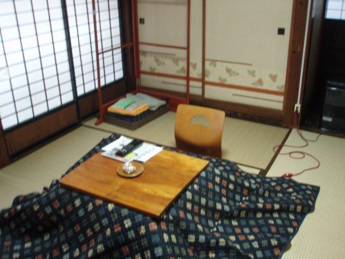 栃尾又温泉自在館大正時代建築旧館客室とこたつ