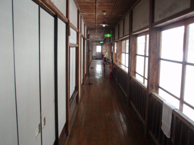 栃尾又温泉自在館大正時代建築旧館の廊下